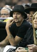 图文:[NBA]骑士战凯尔特人 著名歌手观战