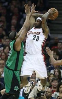 图文:[NBA]骑士战凯尔特人 詹姆斯准备传球