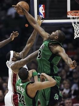 图文:[NBA]骑士战凯尔特人 詹姆斯遭遇封盖
