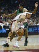 图文:[NBA]骑士战凯尔特人 韦斯特带球突破