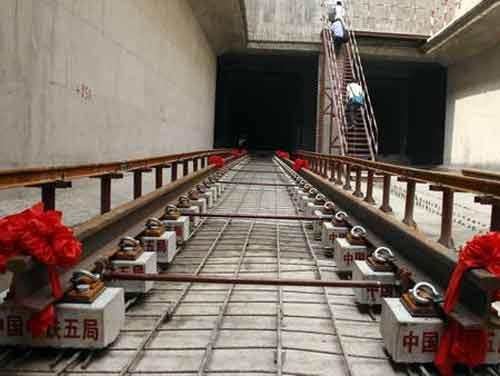 图为成都地铁一号线轨道铺设工程开工