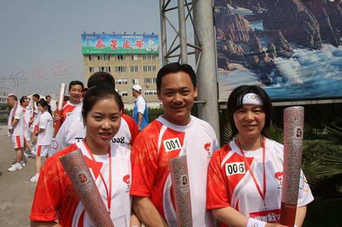 图文:奥运圣火温州传递 与火炬手占旭刚合影