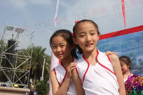 图文:奥运圣火温州传递 温州小朋友到场助威