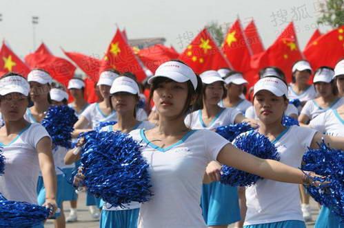 背后市民挥动中国国旗