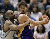 图文:[NBA]爵士VS湖人 加索尔单挑布泽尔