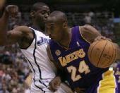 图文:[NBA]爵士VS湖人 科比带球突破