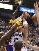 图文:[NBA]爵士VS湖人 奥库篮下遭围堵