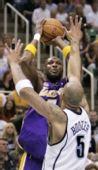图文:[NBA]爵士VS湖人 奥多姆面对布泽尔跳投