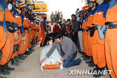 5月17日,遇难者的丈夫在向遇难者遗体告别。新华社记者 李涛摄