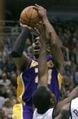 图文:[NBA]爵士VS湖人 科比急停跳投