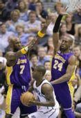 图文:[NBA]爵士VS湖人 布鲁尔寻找队友