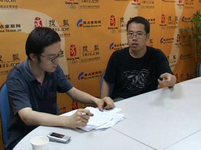 余涛与工作人员谈前方采访见闻
