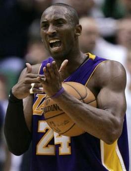 图文:[NBA]爵士VS湖人 科比请求暂停