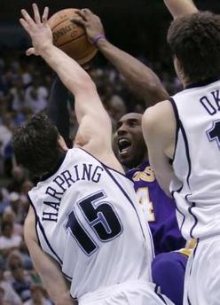 图文:[NBA]爵士VS湖人 科比遭双人包夹