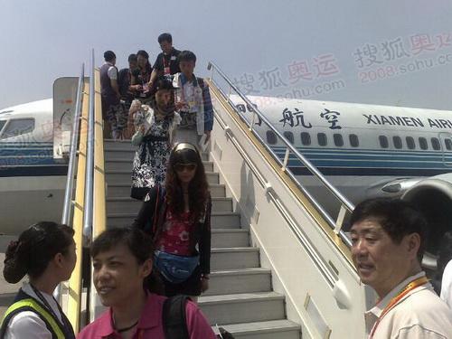 奥运团队从南昌乘坐飞机到达上海虹桥机场
