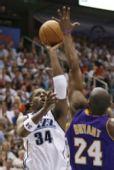 图文:[NBA]爵士VS湖人 科比欲封盖迈尔斯