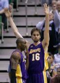 图文:[NBA]爵士VS湖人 科比与加索尔私聊