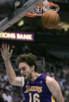 图文:[NBA]爵士VS湖人 加索尔扣篮得手