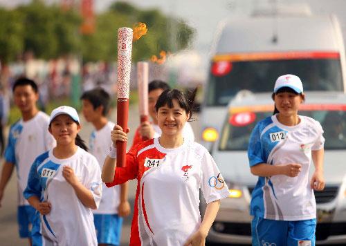 5月17日,火炬手、女子国际象棋名将诸宸手持火炬进行传递。当日,北京奥运会圣火在浙江温州传递。  新华社记者邢广利摄