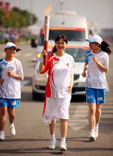 5月17日,火炬手、女子国际象棋名将诸宸手持火炬进行传递。当日,北京奥运会圣火在浙江温州传递。
