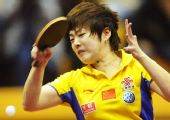 图文:中国赛女单1/8决赛 饶静文在比赛中回球