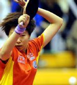 图文:中国赛女单1/8决赛 李晓霞回球头发飞舞