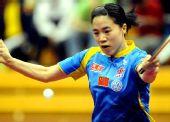 图文:中国赛女单1/8决赛 王楠回球表情认真