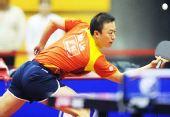 图文:中国赛男单1/8决赛 马琳弯腰回小球