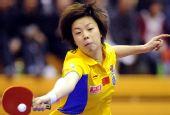 图文:中国赛女单1/4决赛 张怡宁近身回球
