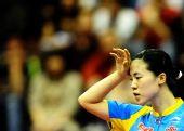 图文:中国赛女单1/4决赛 比赛中王楠抚摸额头