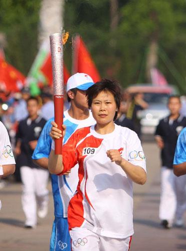 5月17日,火炬手张顺芳在进行传递。当日,北京奥运会圣火在浙江绍兴传递。新华社记者邢广利摄