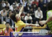 图文:中国赛女单1/4决赛 张怡宁回球似要跌倒