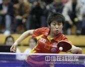 图文:中国赛女单1/4决赛 郭跃轻推网前小球