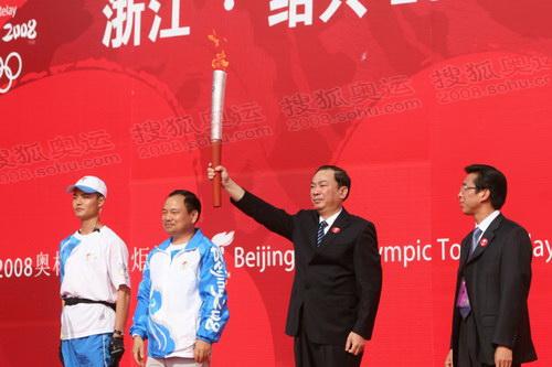 浙江省委常委、省委宣传部长黄坤明展示火炬