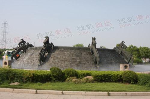 大禹陵门口的青铜器造型喷水池