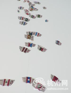 由205个北京奥运会参赛国国旗图案组成的长达1088米的串式风筝在杭州白堤被放飞。