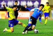 图文:大连1-1陕西 张耀坤遭遇背后黑脚