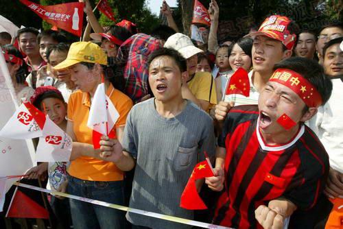 组图:圣火绍兴传递结束 欢呼的群众为圣火送行