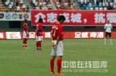 图文:[中超]深圳4-0辽宁 球员场上默哀