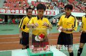 图文:[中超]深圳4-0辽宁 裁判员捐款