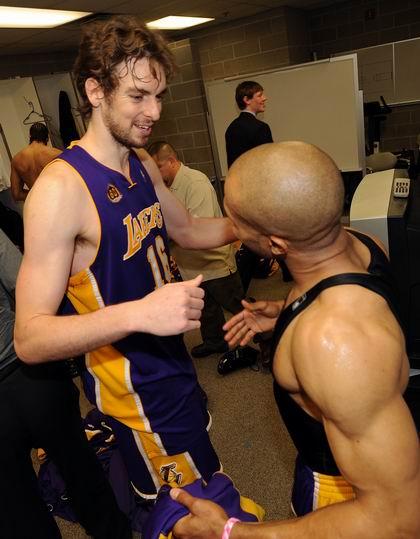 图文:[NBA]湖人胜爵士 加索尔庆祝