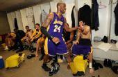 图文:[NBA]湖人胜爵士 更衣室击掌
