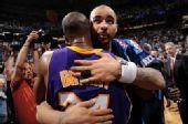 图文:[NBA]湖人胜爵士 科比安慰对手