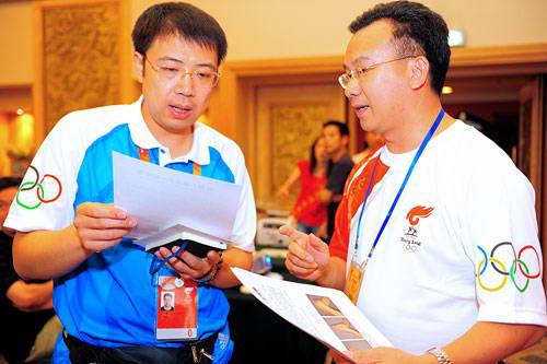 搜狐副总裁陈陆明向奥组委工作人员展示搜狐发起的抗震救灾团结一心手势