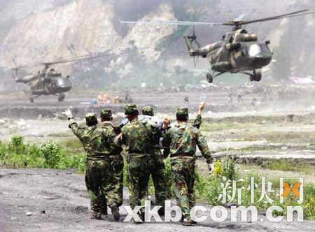 5月16日,解放军某部派出多批直升机来到地震重灾区汶川县映秀镇,及时抢运伤员。