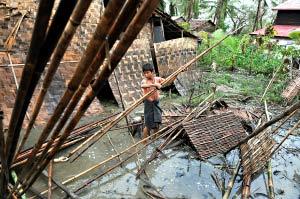 大雨导致缅甸灾民的生活环境恶化。