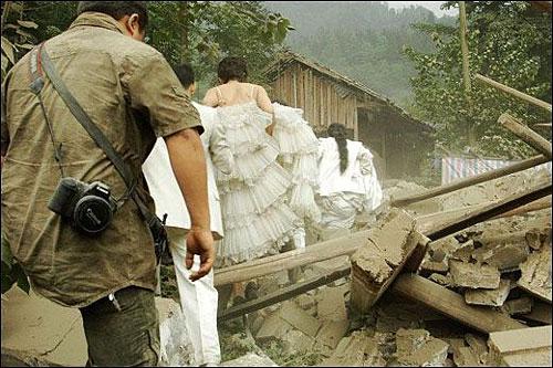 Wedding photog captures China quake Img256926617