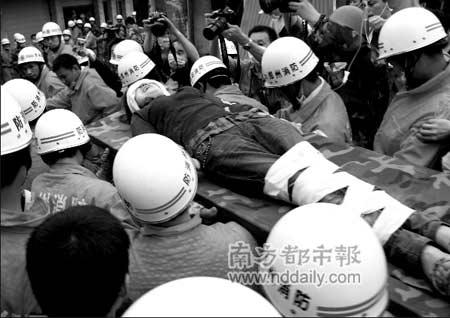 被埋124小时的卞刚芬(音)获救。新华社发