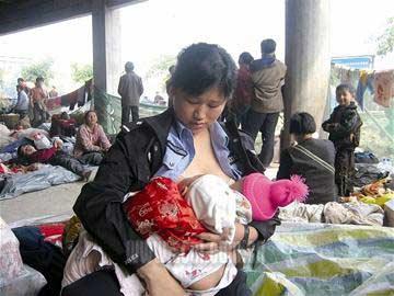 我的娃是娃,灾民的娃也是娃,他们都是妈的娃。—江油市公安局巡警大队29岁女警蒋晓娟