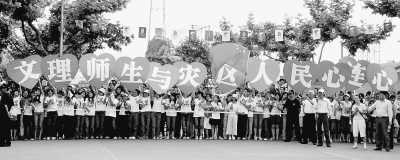 5月17日,绍兴文理学院的师生迎接奥运圣火。当日,北京奥运圣火在浙江绍兴传递